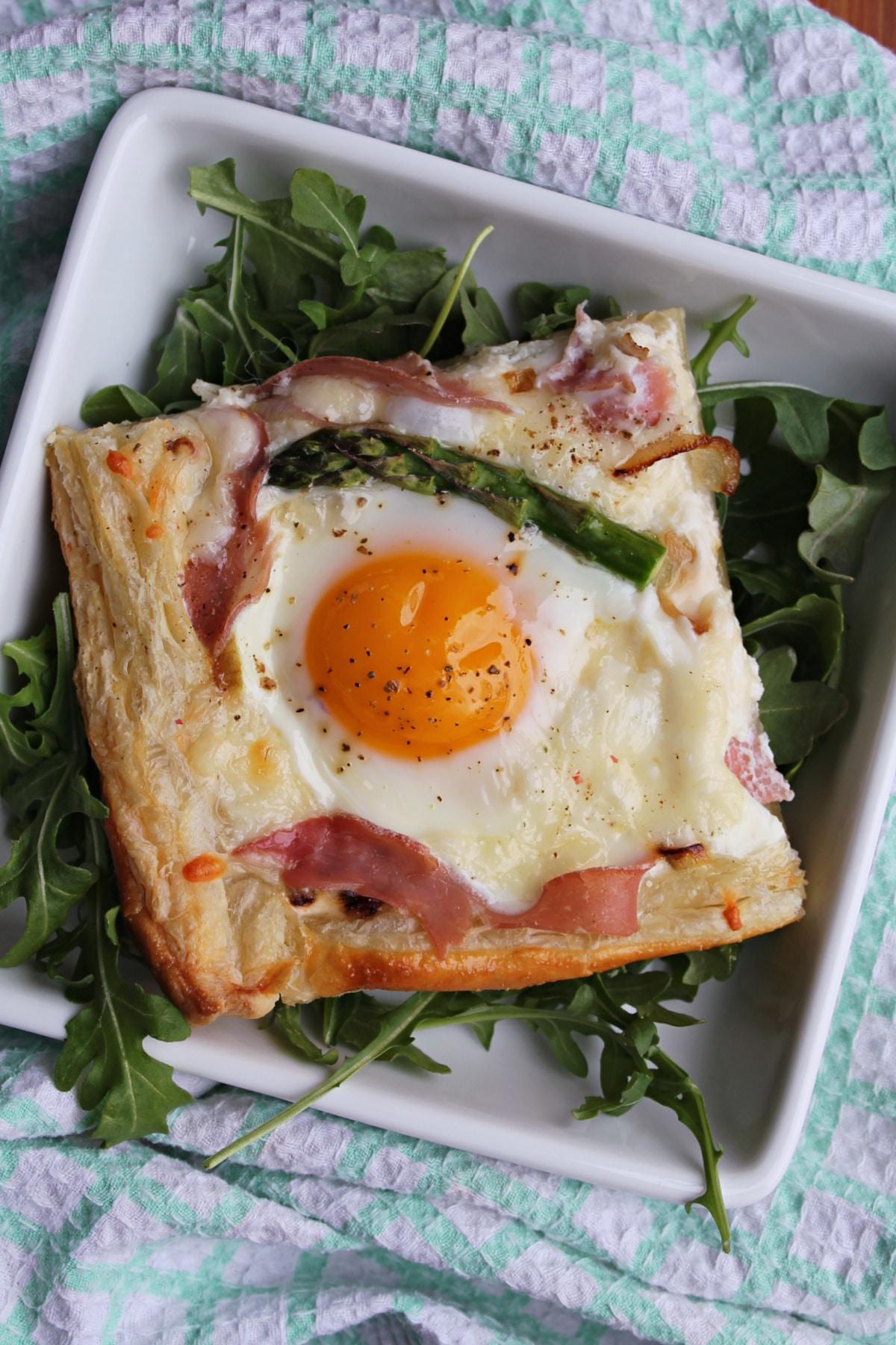 1 portion of egg tart on plate