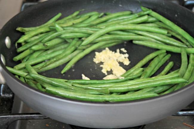 green bean recipe with garlic in pan